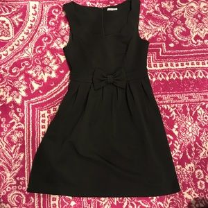 Sleeveless black mid-length dress